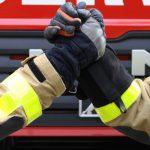 Feuerwehrmänner geben sich die Hand